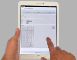 Fernbedienung mit Tablet bearbeitet Hintergrund grau Komp